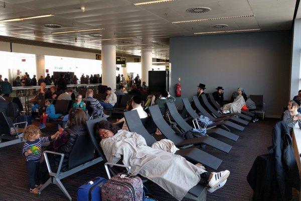 personnes en attente de leur vol retardé